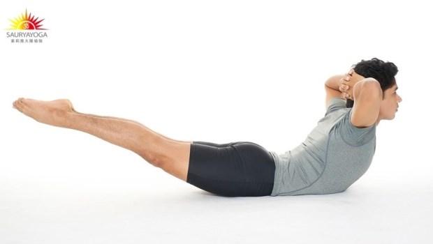 「趴著」就能改善背痛、椎間盤突出!印度瑜珈冠軍:一個動作強化核心肌群,預防尿失禁