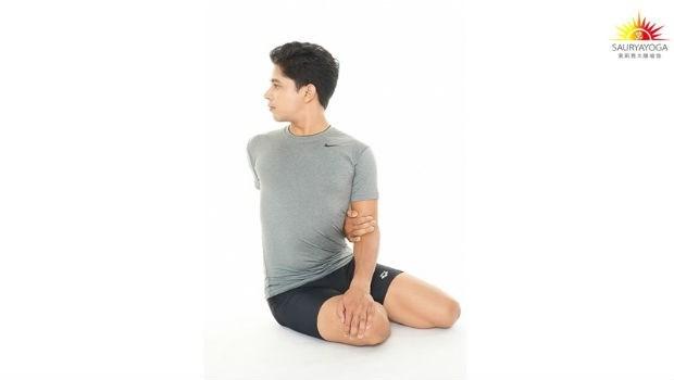 肩頸老是卡卡的?印度瑜珈冠軍傳授:「一個動作」放鬆筋骨、改善肩頸背痠痛