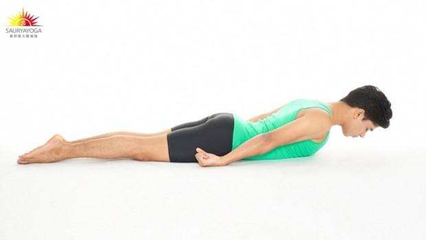 椎間盤突出,做瑜珈就能控制疼痛!印度瑜珈冠軍傳授:3分鐘「下背復健術」緩解