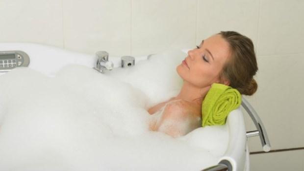 睡前洗澡,反而會害你睡不著!醫師建議:這「3個時間」最好別洗澡