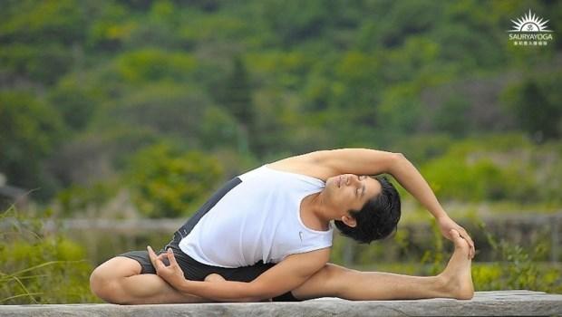 2個月就能改善背痛!印度瑜珈冠軍:每天3分鐘「扭背整脊術」,放鬆脊椎骨盆