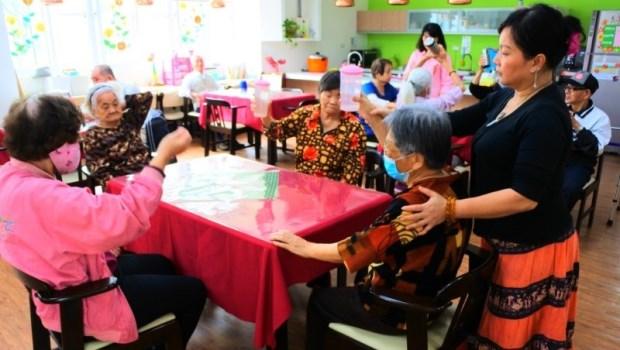 從昔日櫃姐化身一線照服員!從香港來台灣的她說:家屬的感謝,讓我克服了恐懼