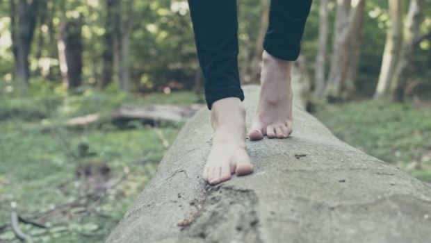 榮總醫師的養生術:脫襪「接地氣」,淨化壞能量、睡眠障礙不再來
