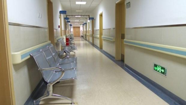 深夜呻吟聲四起...陪母親在醫院過夜,病榻上老人的景象讓她參透:不是有錢請看護就好