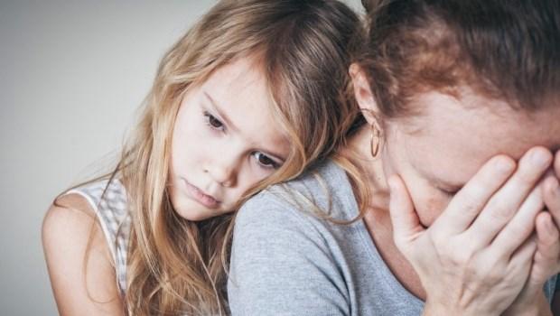 分攤家事、照顧弟妹、幫助家計...心理諮商師感嘆:母親對「長女」的期許,實在太多了