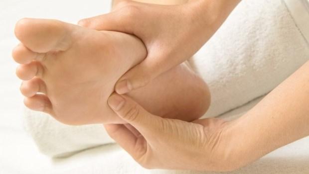 足底是人體的第二大腦!中醫博士教你:睡前「按按腳」改善失眠、多夢