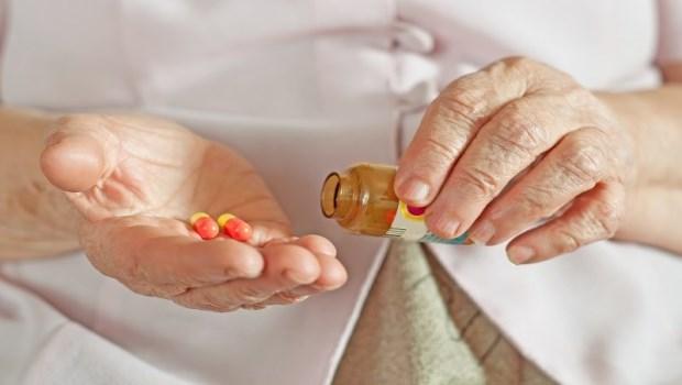 每天13顆藥減到5顆藥,再也不失眠、頭暈!醫師:長輩依「3原則」吃藥,才不會越吃身體越差