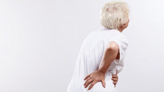 骨折、癌症、僵直性脊椎炎...這6種可怕疾病也會腰痛!骨科醫師:出現4症狀快就醫