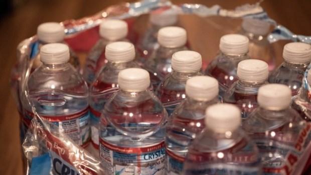「除非快渴死,否則我不輕易喝瓶裝水!」營養學博士教你這樣吃,幫助體內排出塑化劑