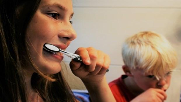 電動牙刷省時又刷的比較乾淨?牙醫師告訴你:「這2件事」沒做好,清潔效果反而打折扣!