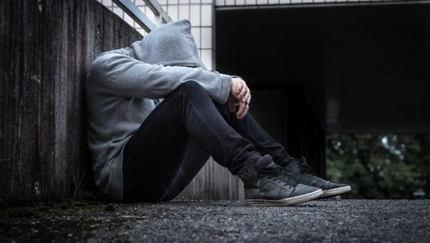 很多「社交邊緣人」其實不只是害羞!精神科醫師:近1/5的人有這種病,卻不知道可以就醫