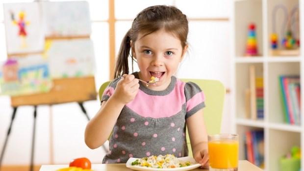 「怎麼咬東西」竟影響孩子的數學能力?日本顎咬合學會研究:教孩子吃飯注意4件事,活化腦部發展