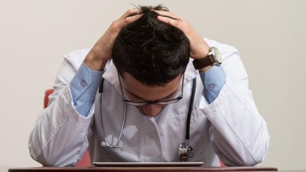 「救命!我還沒麻醉,他們就開始開刀了」一個麻醉醫師的辛酸:我來不及解釋,臉上卻已先挨了家屬一拳