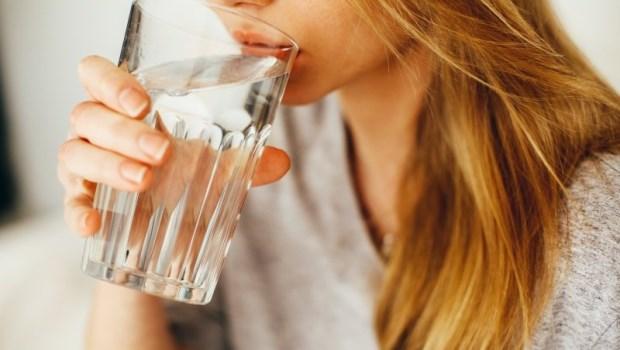 別再相信鹼性離子水對身體多好!台大化工博士:一個公式告訴你,每天該喝多少水才實際