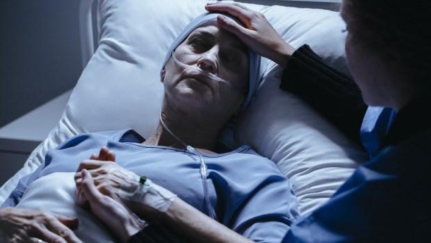 「我不能讓她餓死」家人的堅持卻害死了老太太...一位醫師在加護病房的觀察:別讓親人的關愛,變成對病人的折磨