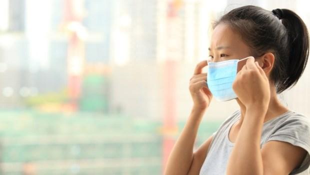 離開人體,感冒病毒還能在空中飄浮30分鐘!醫師:戴口罩沒注意這3件事,跟沒戴一樣