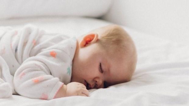 趴睡的問題不僅是窒息!小兒科醫師:預防嬰兒猝死症候群,爸媽該懂的5件事