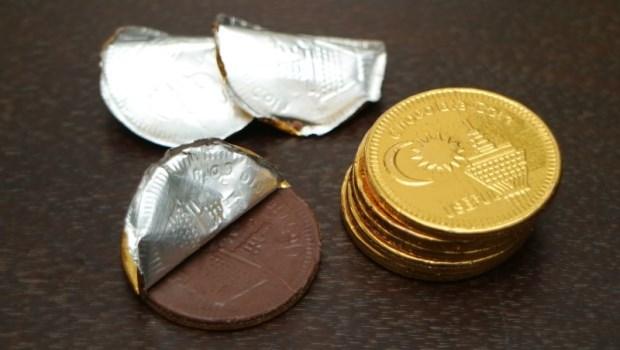 金幣巧克力、戒指糖...過年懷舊零食大集合!台大化工博士揭「1元1個超便宜」的真面目