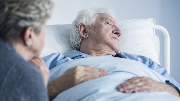 「電擊搶救到病人肋骨都斷了好幾根…」一位醫師的悔恨告白:當初為什麼要讓他死得這麼痛苦