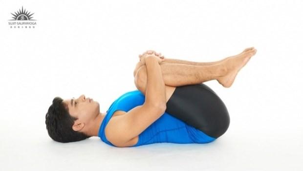 這招「便秘救星」超簡單!躺著幫身體「排廢氣」,還能緩解胃酸逆流~