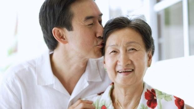 老公長期外派,卻哭著哀求妻子別讓失智母親住養老院...諮商心理師:長照,不只是孝與不孝的問題