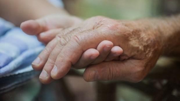 一個中風家屬的告白:加護病房裡,什麼安慰、保證都是假的...只有傷心是真的