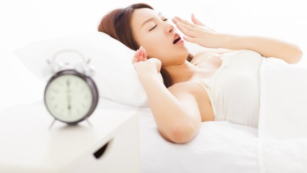 不論鬧鐘怎麼響都叫不醒?韓國名醫:我都把鬧鐘擺「這裡」,睏意自然消