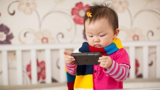 2歲以下完全不該用手機!眼科醫師警告:孩子出現「這3個症狀」趕快去檢查