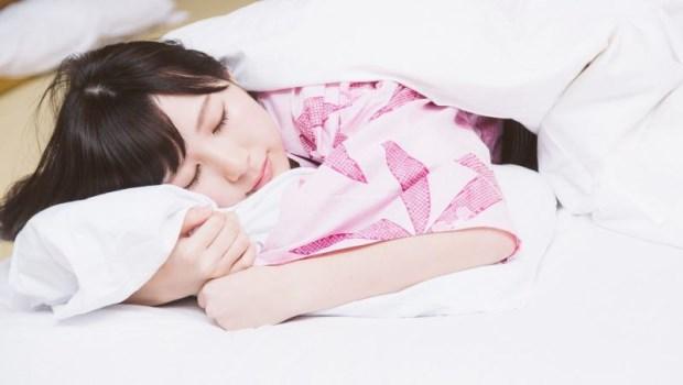 平躺時,還是頸肩痠痛?腦科醫師:睡覺用「2個枕頭」擺出一夜好眠的睡眠姿勢
