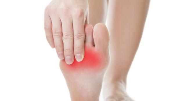 足部一老化,筋膜炎、關節炎、骨刺跟著來!復健科醫師:睡前花10分鐘做「這件事」延緩老化