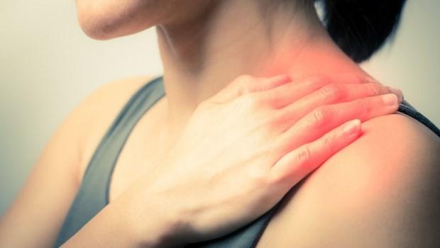 肩頸痛、頭暈…風寒濕痺讓你得「頸椎病」!中醫師教你按壓3穴道:昇陽祛濕、通絡止痛
