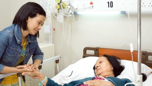 老太太剛捱過乳癌,又發現肺部腫瘤...不是除了開刀就只能安寧!醫師道出癌症治療的常見盲點