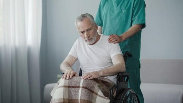 癱瘓8年,他怨棺材本都給了看護...一輩子省吃儉用把錢留給子女,有必要嗎?