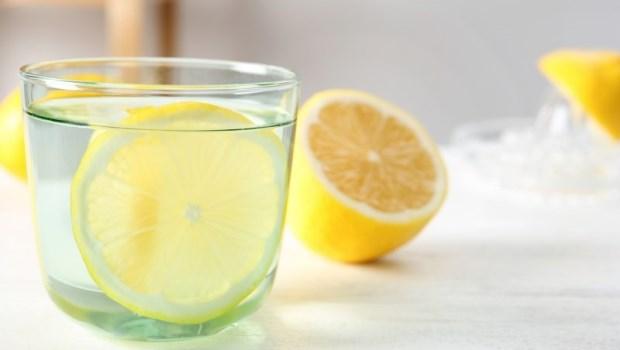 氣泡水、檸檬水可能害你火燒心、胃潰瘍!醫師推薦1種飲品,消暑又護胃