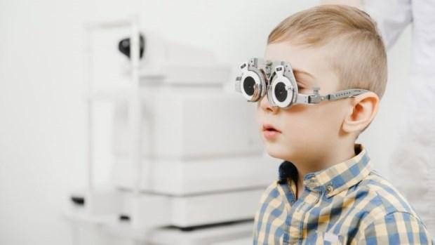 配眼鏡、點散瞳劑...孩子度數怎麼還加深?眼科名醫:家長該問自己這8件事