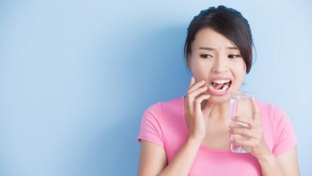 刷牙、喝冷水都覺得痠軟...牙醫師提醒:你的「敏感性牙齒」,可能是3種問題