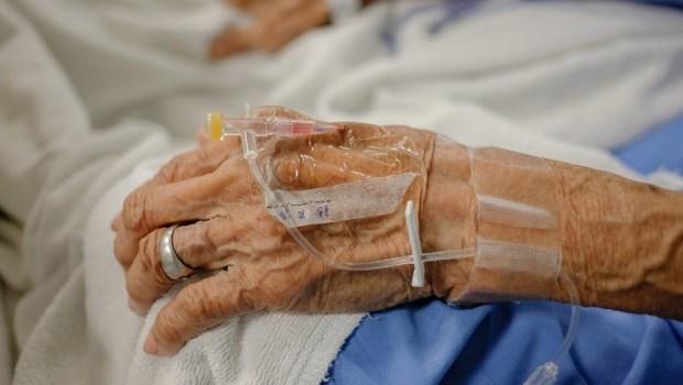 病床前兒子握著失智爸爸的手,卻是想逼他蓋章...護理師在病房看見的心痛畫面