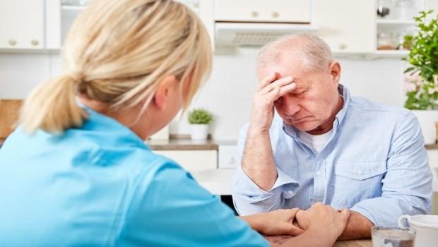 行動遲鈍、記憶力衰退,以為要失智了,竟是甲狀腺問題?一張表了解銀髮族非典型症狀