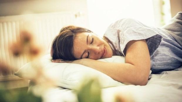 睡眠不足會胖又還易中暑!日本研究:「這溫度」睡眠效率更佳