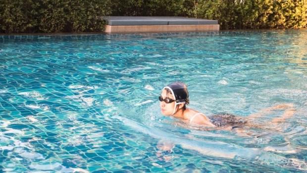 氣喘、失明、致死...夏天游泳到底多危險?醫師們建議:玩水前請注意7件事
