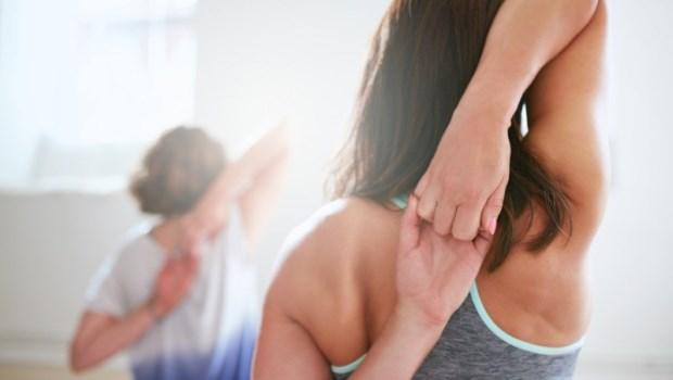 無法「背後握手」,代表肌肉太僵硬了!2招簡單伸展,改善駝背、肩頸痠痛