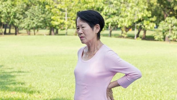 檢查異常沒追蹤,1年就肺腺癌轉移骨頭!吃不下、骨頭痛...醫師:5症狀要注意