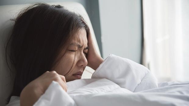頭痛+昏沉無力...別以為只是累,嚴重恐致死!頭痛搭配10種不同狀況,請掛急診
