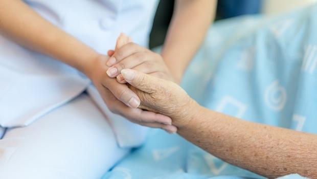 「奶奶,你先睡,你兒子明天就來...」一個長照照護員心疼的謊言