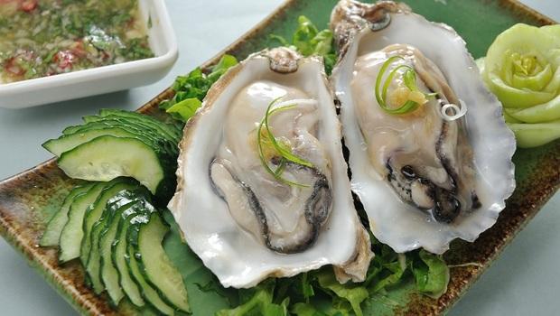 吃「牡蠣」讓頭髮再次烏黑!日本權威營養師:2種食物促進新陳代謝