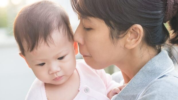 爸媽注意》捏臉頰、親額頭...易讓小孩罹患「這2種」疾病!嚴重恐脾臟破裂、致命