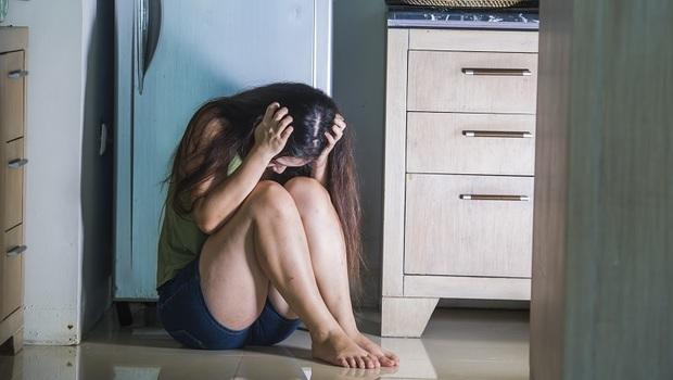 接納家暴的爸爸,卻換來菜刀威脅...從法律看女兒痛心告白:爸爸沒養我,我可以不養他嗎?