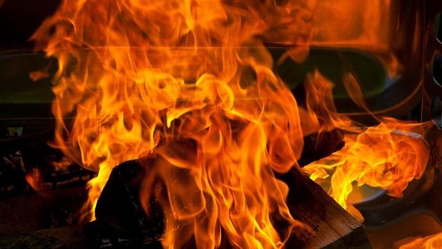 發生火災,到底該逃,還是待在原地?消防員教你:一個動作判斷