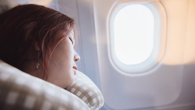 連假出國玩》一下飛機就沒精神?醫師:飛機上這4項物品,管好你的生理時鐘