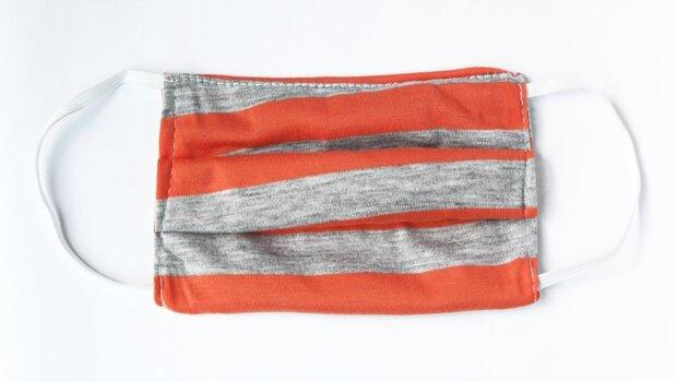 不用再排隊了!抹布、濕紙巾、衛生棉...都可做「布口罩」!麻醉醫師親授:3步驟DIY
